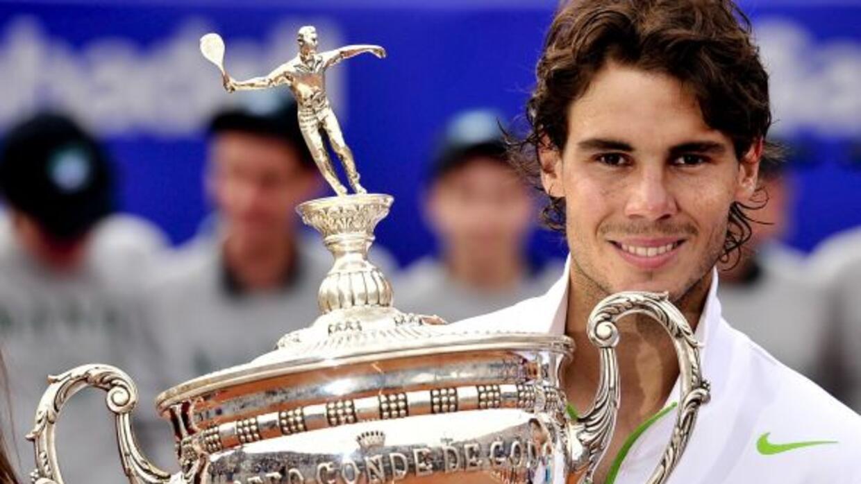 Con el trofeo de campeón del torneo Conde de Godó, el número uno del mun...