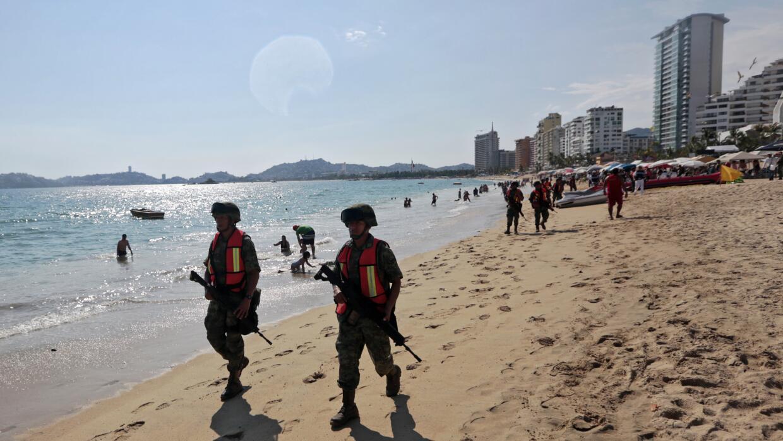 Militares realizan rondas de vigilancia en el turístico puerto de...