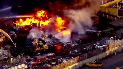 Combaten fuerte incendio en centro de reciclaje en LA Untitled-1.jpg