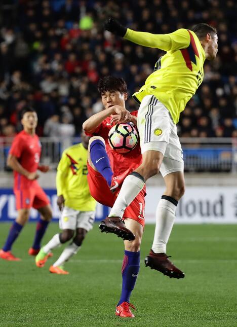 Colombia tropezó en su visita a Corea del Sur gettyimages-872443040.jpg