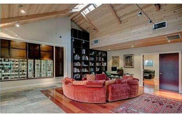 La propiedad se encuentra ubicada en Toluca Lake, California. Cuenta con...
