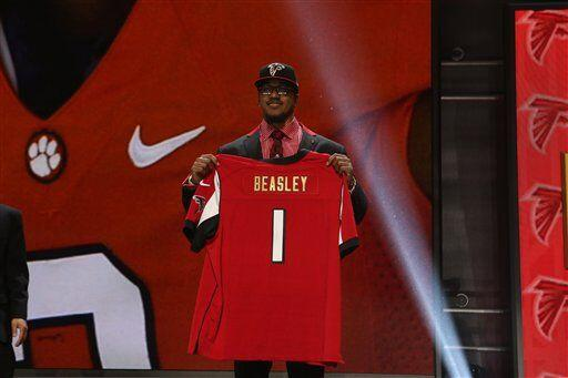 Vic Beasley, OLB de Clemson, quedó con los Atlanta Falcons (AP-NFL).