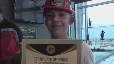 Niño que defendió a su hermana del ataque de dos perros recibe un reconocimiento por su valentía