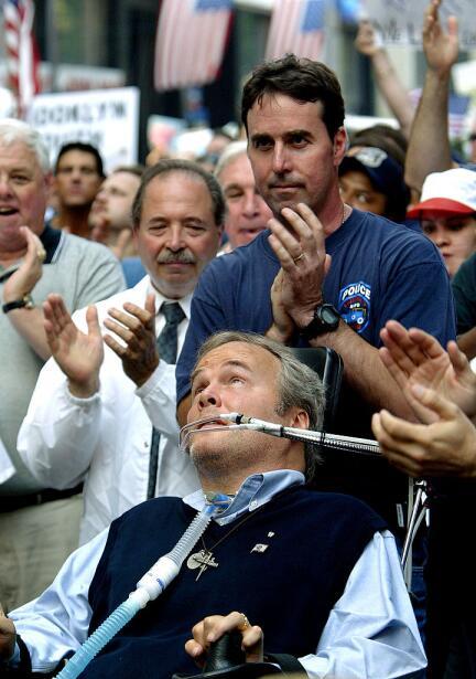 Imagen de archivo de un rally en 2004 que muestra el aplauso de los pres...
