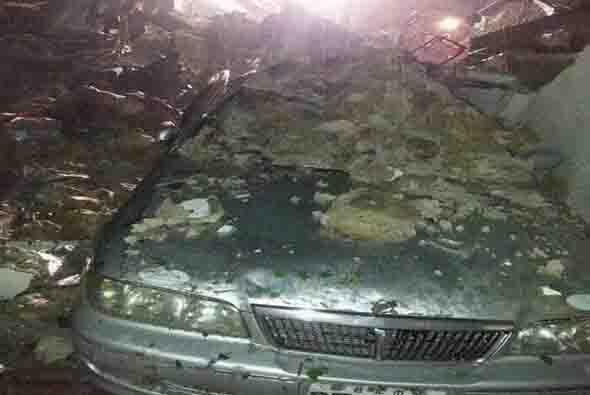 En este auto se pueden ver los rastros de los escombros por el accidente...