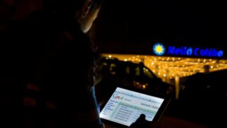 Un cubano usa una conexión ilegal de wifi para navegar la web