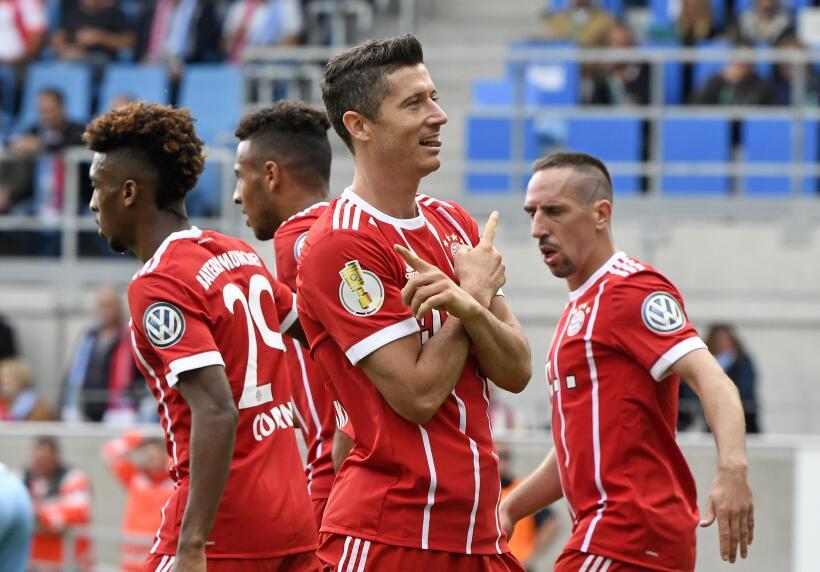 Dortmund mantiene el liderato con victoria ante el Augsburgo AP_17224543...