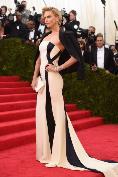 Charlize Theron sacudió la alfombra roja con este vestido de Dior. Su at...