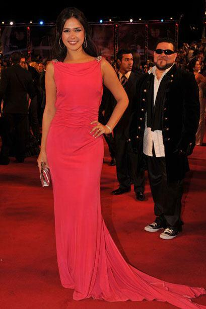 El color de este vestido resalta la hermosa piel de Ana Carolina y el ve...