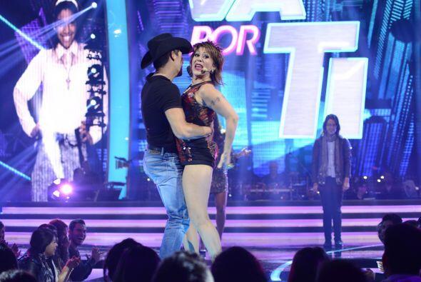Y de repente a la Guzmán se le antojó bailar la quebradita con él.