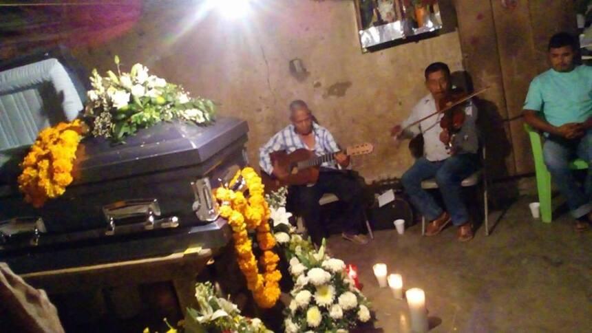 El cadáver de Crescencio fue velado el jueves 13 de abril en la humilde...
