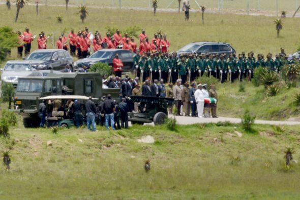Así, los militares que custodiaban el féretro abandonaron sus puestos, d...