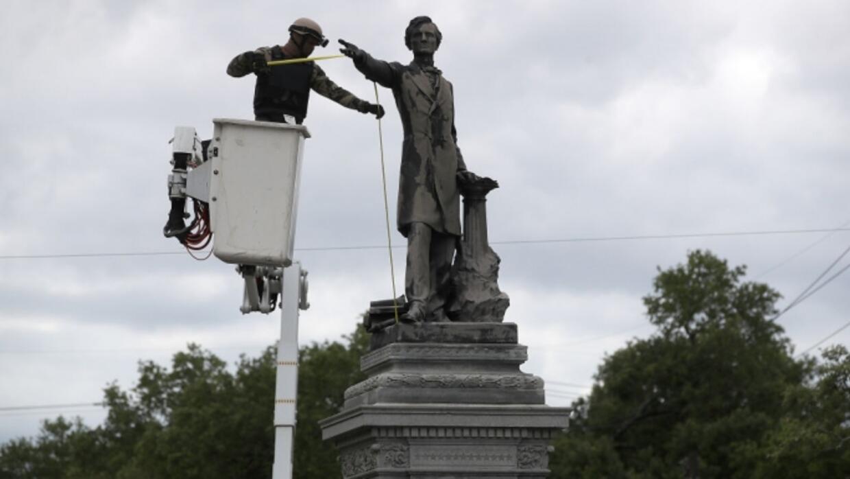 Un trabajador en Nueva Orleáns se prepara para quitar el monumento de Je...