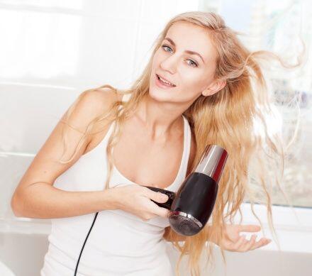 ¡Evita el uso recurrente de tu secadora de pelo! Procura secar tu melena...