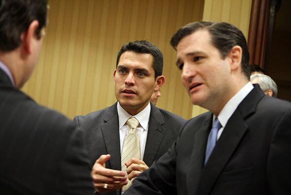 Pedro Rojas hablando junto a Cruz minutos antes del debate.