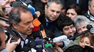 El candidato presidencial oficialista Daniel Scioli habla con la prensa...