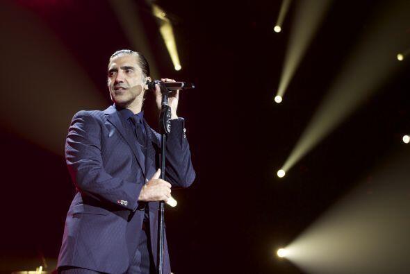 Alejandro Fernández así como sale vestido de charro también vuelve locas...