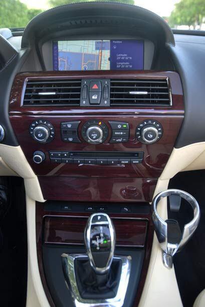 La consola central con madera en tono cerezo y la pantalla de LCD le imp...