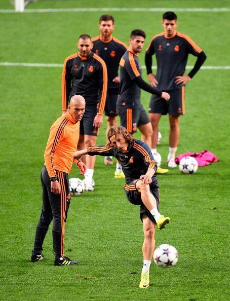 Zidane dirigió parte del entrenamiento. Muchos disparos, pocos penaltis.