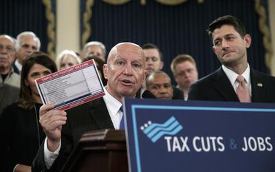 El legislador republicano  Kevin Brady (izq) y el presidente de la C&aac...
