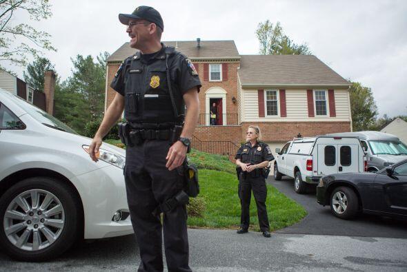 Los únicos vehículos que se ven circular son los de policía y algunos au...