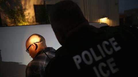 Un hombre es detenido por el Servicio de Inmigración (ICE) en 2015 en Lo...