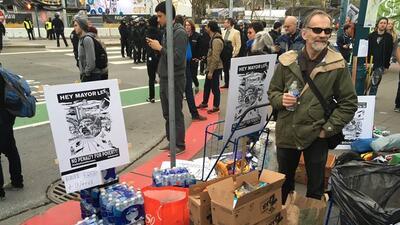 Cientos protestan en San Francisco contra la reubicación de indigentes por el Super Bowl