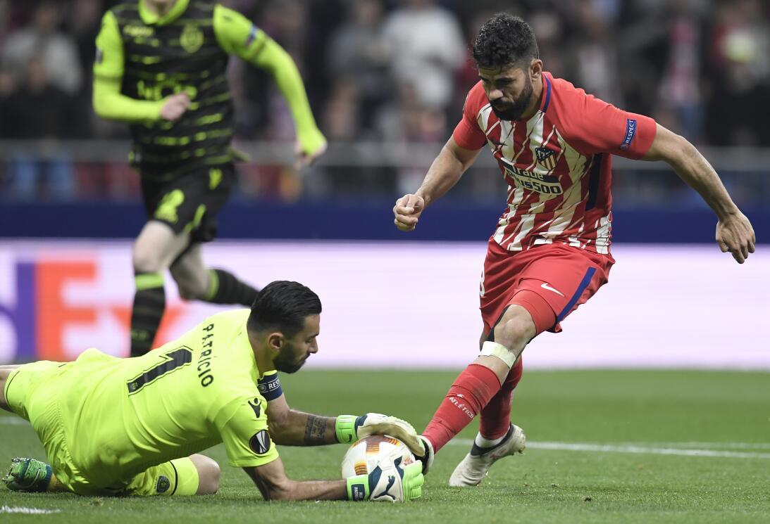 En la segunda mitad, Diego Costa volvió a acercarse al área del Sporting...