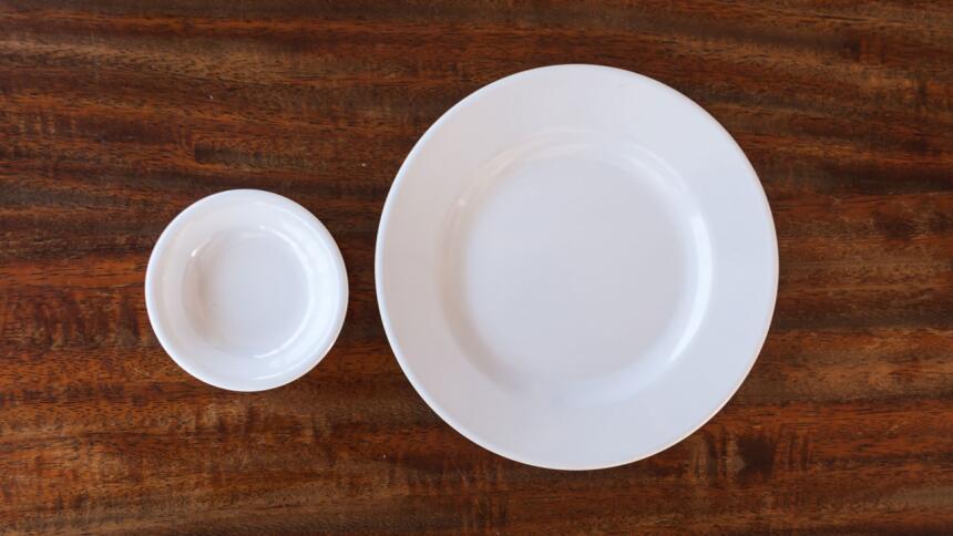 platos blancos de cerámica