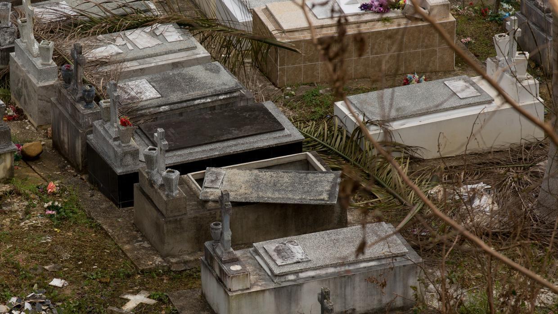 Entre los daños que dejó el huracán María en el cementerio municipal hay...