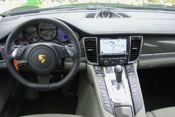 Por dentro el Panamera es un auto con capacidad para cuatro personas y l...