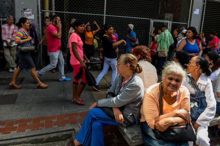 Las largas filas en espera de los escasos abastecimientos hacen que much...