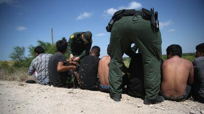 Agentes de la Patrulla Fronteriza detienen a un grupo de indocumentados...