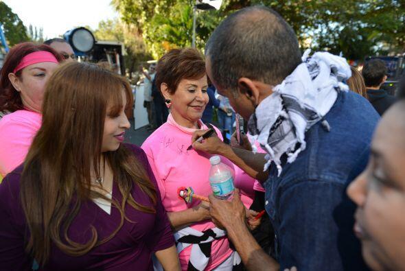 Las fans no perdieron tiempo y pidieron autógrafos ¡por todos lados!