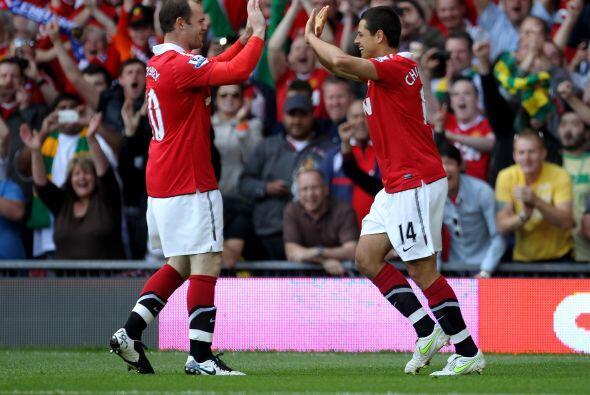 El mexicano festejó junto a Wayne Rooney, su compañero en el ataque.