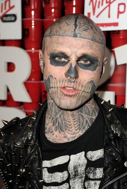 Él es Rick Genest, un canadiense que decidió tatauarse todo el cuerpo co...