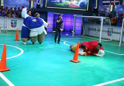 La pareja mexicana cayó al piso y por ello el gol de los dominicanos ent...