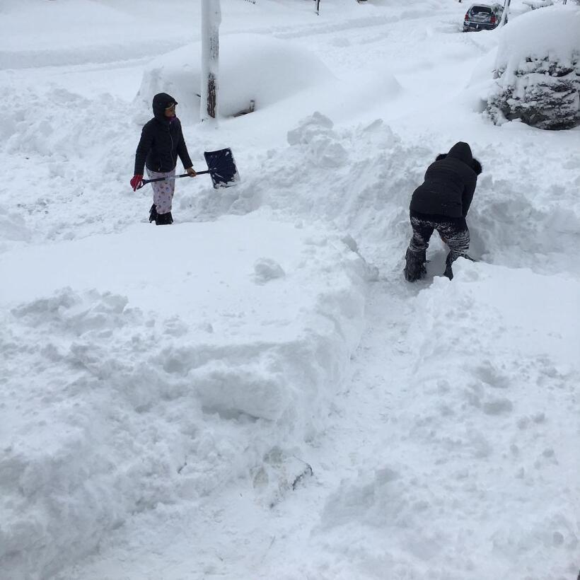 Esta pareja palea nieve en la entrada de su casa en Erie, Pennsylvania.