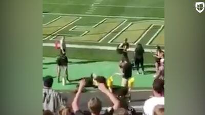 'Chip the Buffalo' dispara un 'lanza playeras' al revés y... ¡ouch!