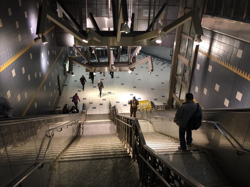 La estación del metro Universal City conecta con el parque de diversione...