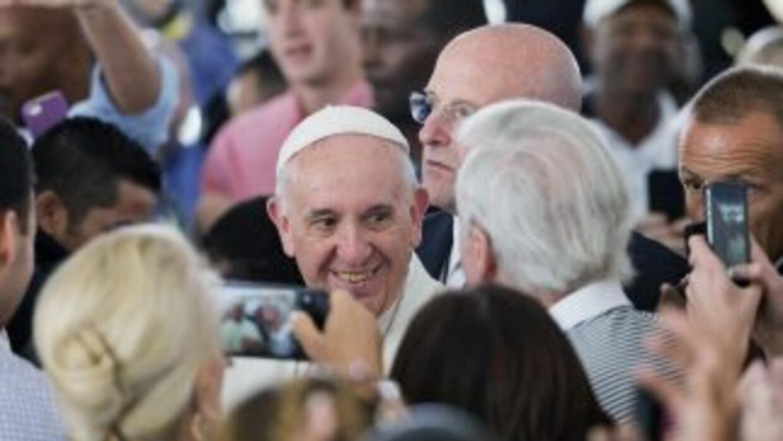 El Papa Francisco es saludado en la Arquidiócesis de Washington tras pro...