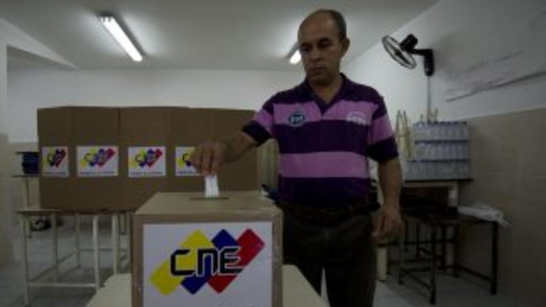 Los venezolanos votan en unas regionales en las que el oficialismo aspir...
