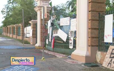 Los portones del recinto universitario de Río Piedras se mantienen cerra...