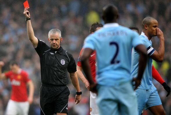 El defensor Vincent Kompany se ganó la tarjeta roja para dejar a sus com...