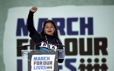 Edna Chávez, una estudiante de Los Ángeles, levanta el pu&...