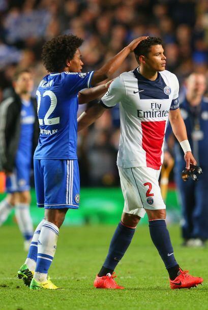 William consoló a su compatriota Thiago Silva quien dejó el campo con tr...