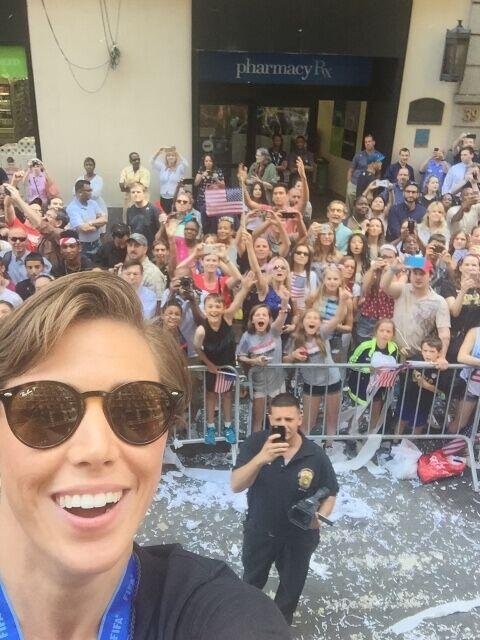 La defensa Meghan Klingenberg no pudo resistir el tomarse una selfie con...