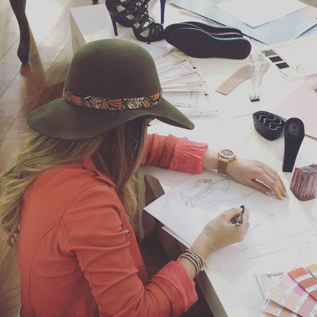 Belinda diseñando zapatos