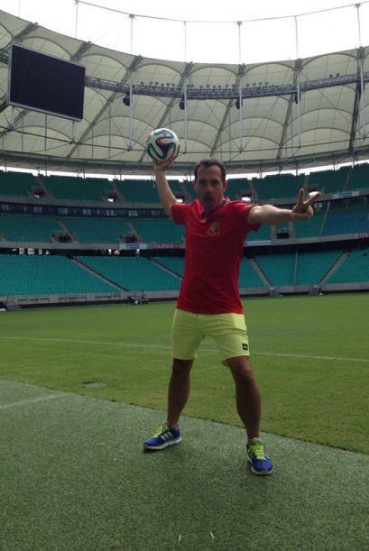 Carlos pudo sostener un balón al centro de este imponente estadio.