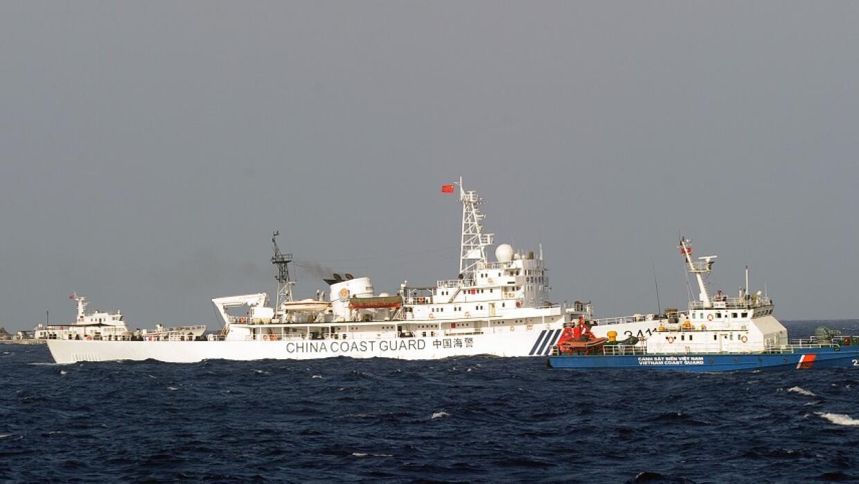 Barco de la Guardia Costera de China navega en aguas en disputa
